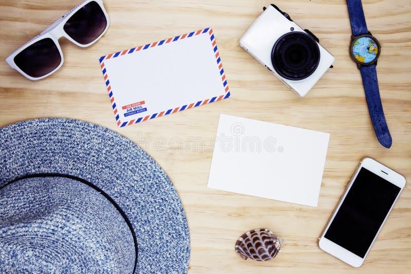 Enveloppe blanche vide de la poste aérienne de carte postale et sur la table en bois Lunettes de soleil et configuration d'appart images libres de droits
