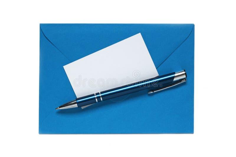 Enveloppe bleue avec le stylo et carte vierge de note sur le blanc photo libre de droits