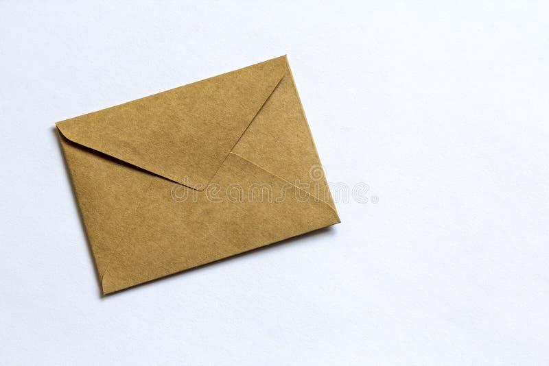 Enveloppe brune de papier de lettre sur le fond blanc photo stock