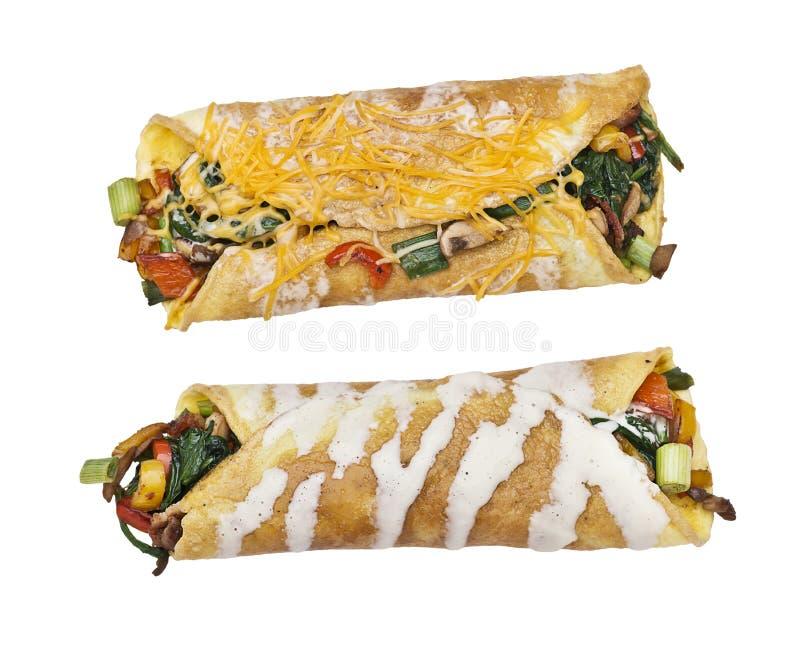 Enveloppe d'oeufs avec les légumes et le lard sur le fond blanc photo libre de droits