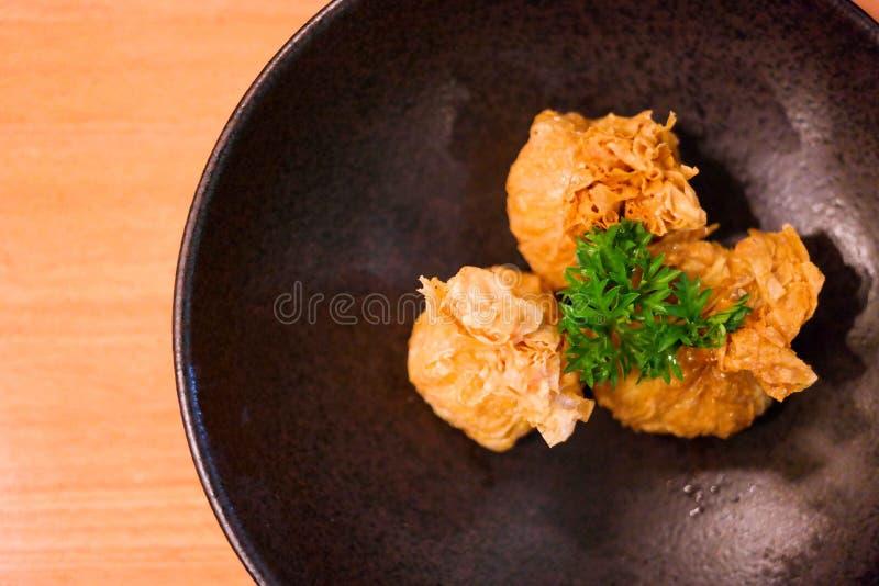 Enveloppe de boulette de viande de poulet avec la couche croustillante photos stock
