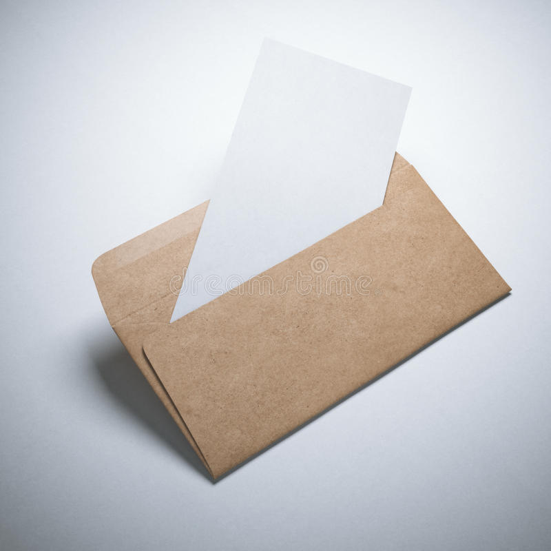 Enveloppe de papier d'emballage avec la page blanche images libres de droits