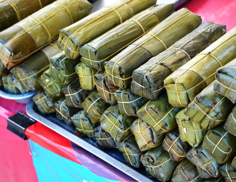 Enveloppe de porc par des feuilles de banane photographie stock libre de droits