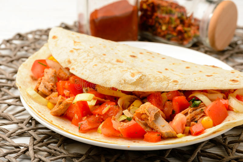 Enveloppe de tortilla avec de la viande et des légumes photographie stock libre de droits