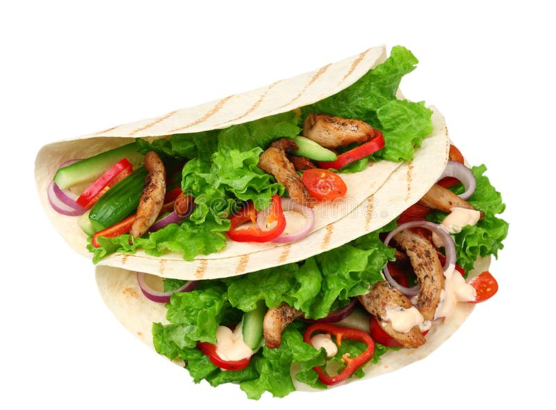 Enveloppe de tortilla avec de la viande et des légumes de poulet frit d'isolement sur le fond blanc Aliments de préparation rapid photographie stock libre de droits