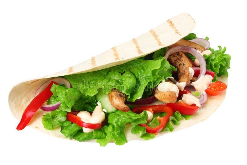 Enveloppe de tortilla avec de la viande et des légumes de poulet frit d'isolement sur le fond blanc Aliments de préparation rapid photos libres de droits