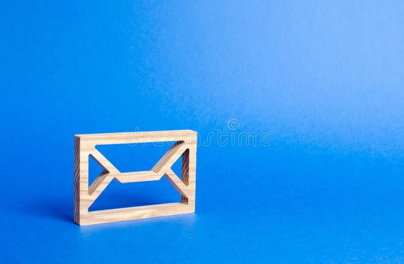Enveloppe en bois adresse de courrier Technologies et contacts d'Internet Communication au-dessus du r?seau Fourniture des liens  photos libres de droits