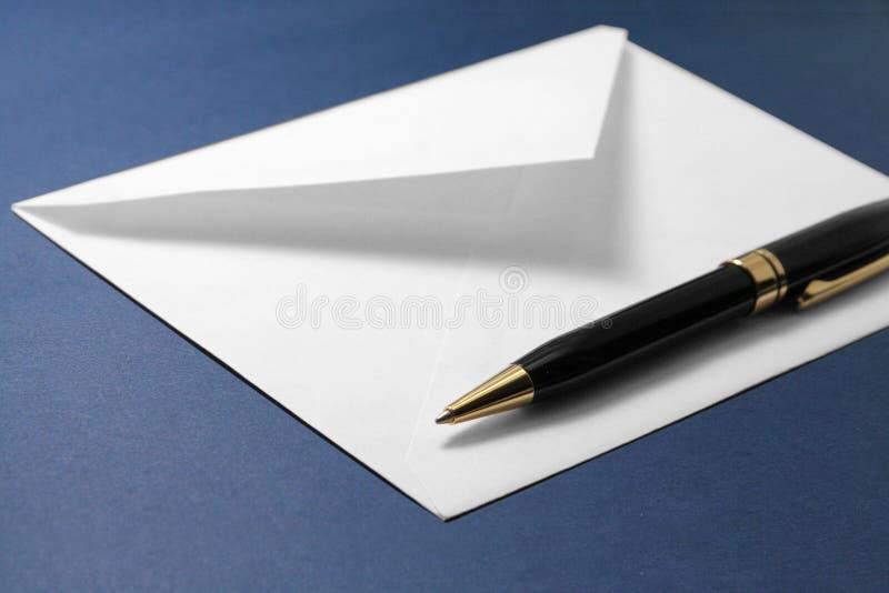 Enveloppe et crayon lecteur images stock
