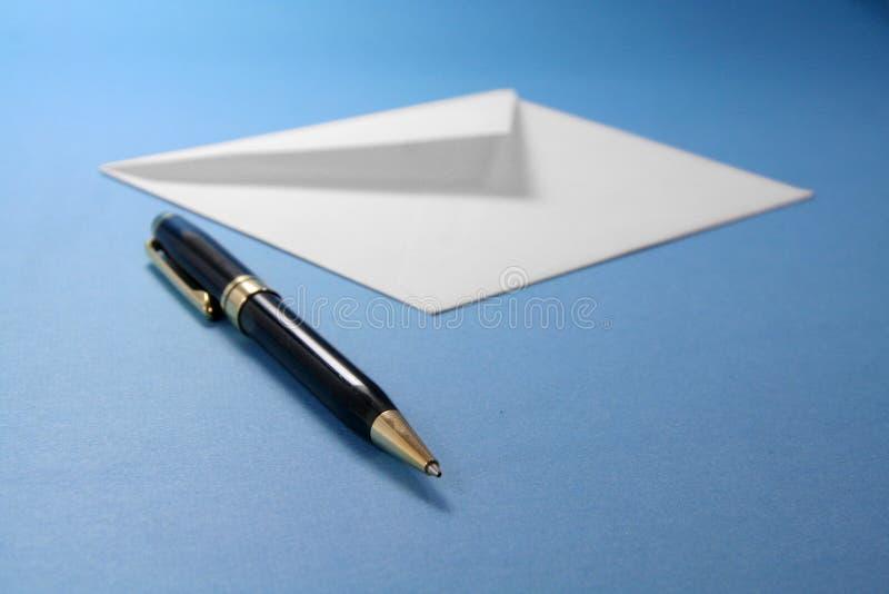 Enveloppe et crayon lecteur images libres de droits