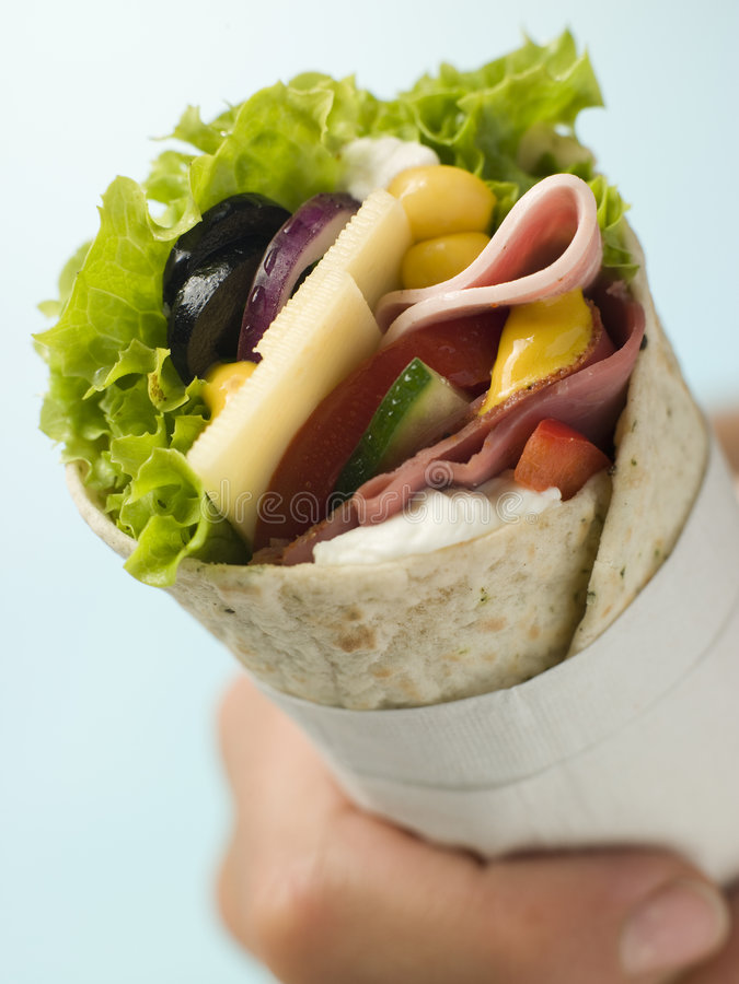 Enveloppe ouverte de tortilla d'épicerie dans une serviette photos libres de droits