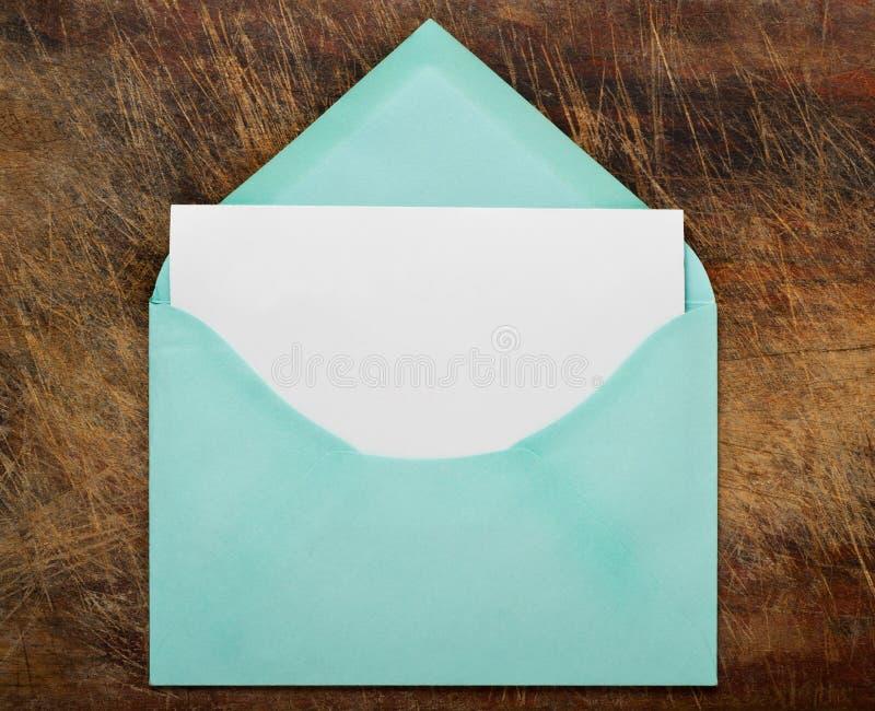 Enveloppe ouverte de vert avec le papier blanc. image libre de droits