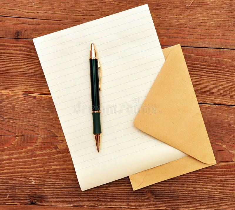 Enveloppe, papier et crayon lecteur. photo libre de droits