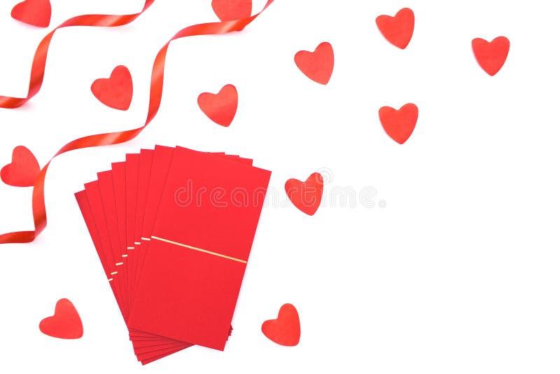 Enveloppe rouge d'isolement sur le fond blanc avec des coeurs images stock