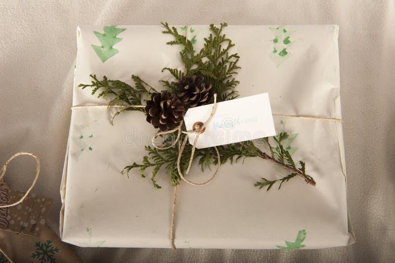 Enveloppement de cadeaux de Noël faits maison photo libre de droits