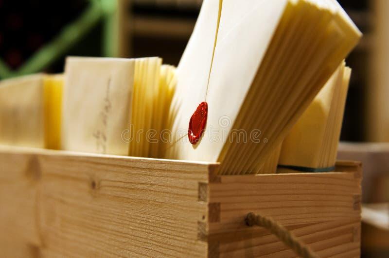 Enveloppen en briefpapier voor handenmanier stock afbeeldingen
