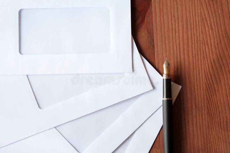 Enveloppen en Pen stock afbeeldingen