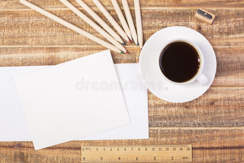 Enveloppen, koffie en heersersbovenkant stock foto's