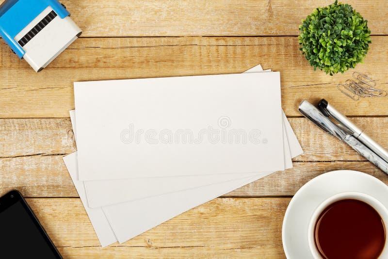 Enveloppen op bureau royalty-vrije stock foto