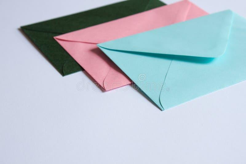 Enveloppes colorées sur le blanc images libres de droits