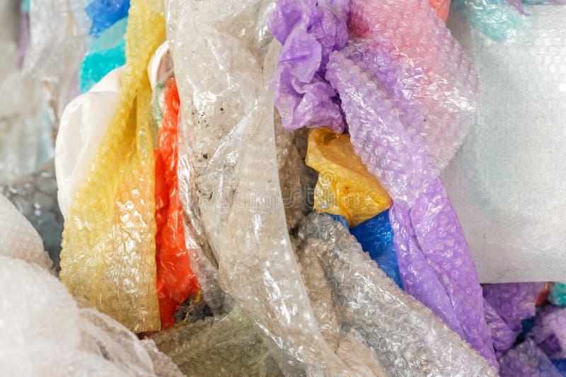 Enveloppes de bulle utilisées à l'usine de réutilisation closeup photo stock