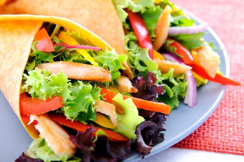 Enveloppes de burrito de poulet de duo avec les légumes frais photographie stock libre de droits