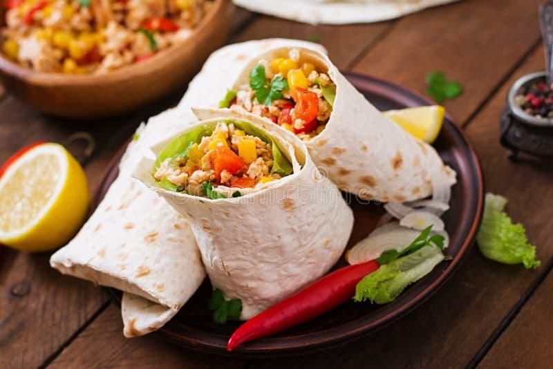 Enveloppes de Burritos avec de la viande de poulet photos stock