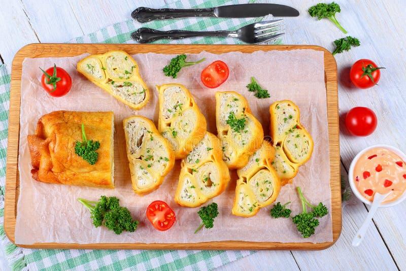 Enveloppes de crêpes avec de la viande de poulet, fromage, pomme de terre photographie stock libre de droits