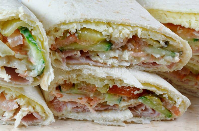 Enveloppes de tortilla remplies de la salade de jambon images stock
