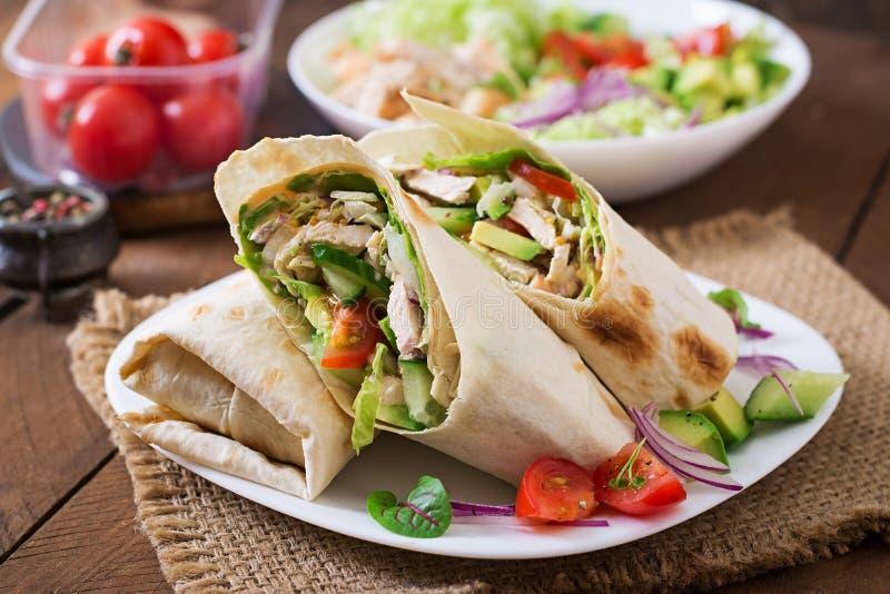 Enveloppes fraîches de tortilla avec le poulet et légumes frais photographie stock libre de droits