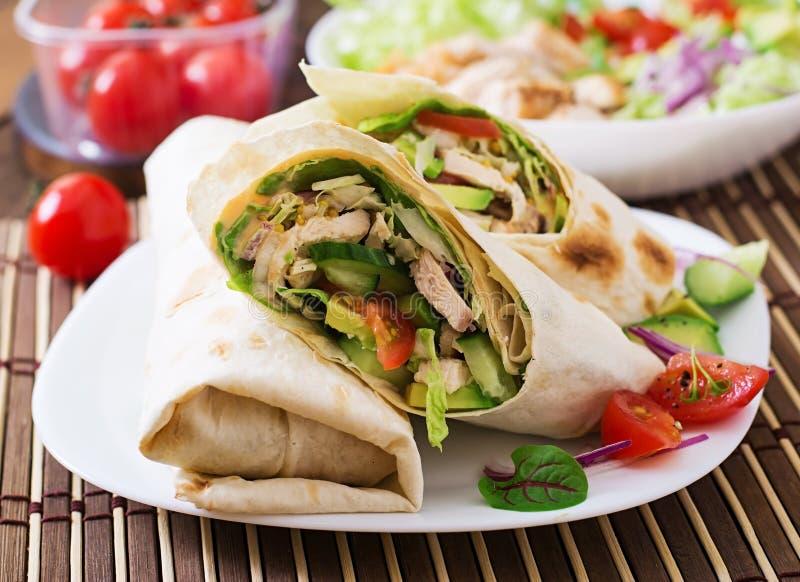 Enveloppes fraîches de tortilla avec le poulet et légumes frais photos stock