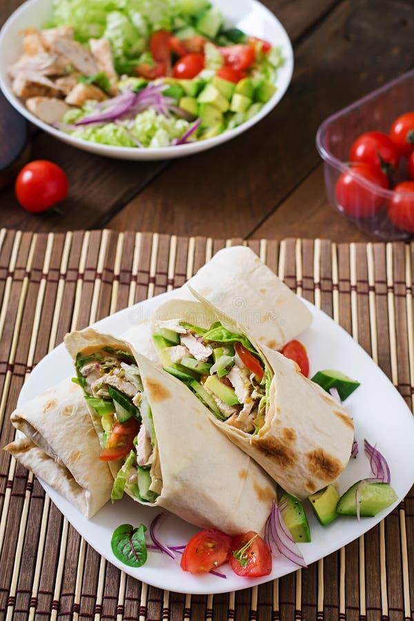 Enveloppes fraîches de tortilla avec le poulet et légumes frais image libre de droits