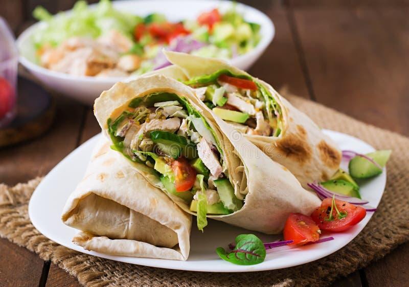 Enveloppes fraîches de tortilla avec le poulet et légumes frais photos libres de droits