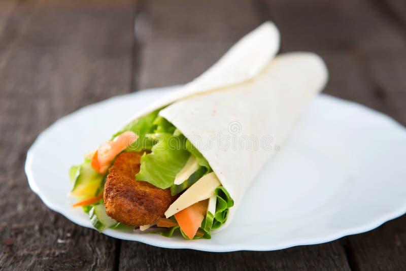 Enveloppes juteuses fraîches de tortilla avec le poulet et les légumes sur la table image stock