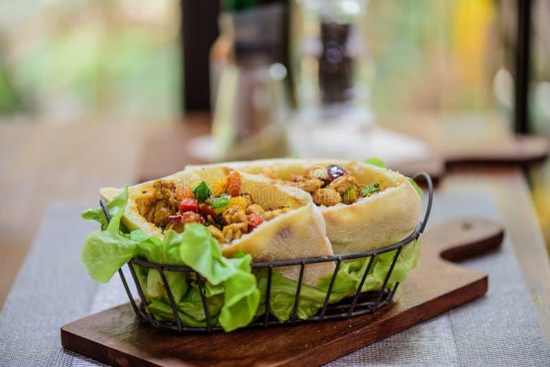 Enveloppes naan de pain de Roti de porc et de cari de poulet au restaurant indien de nourriture image stock