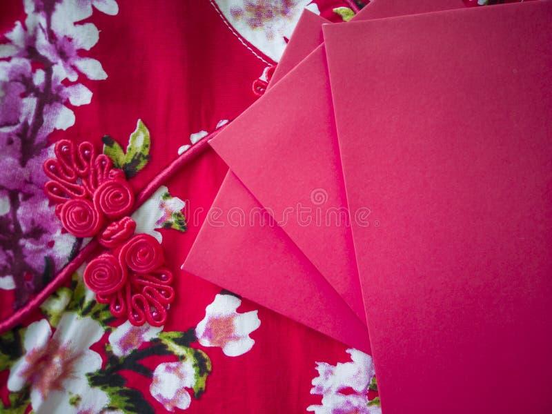 Enveloppes rouges contenant l'argent liquide pendant la nouvelle année chinoise image stock