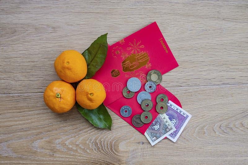 Enveloppes rouges pendant la nouvelle année chinoise heureuse photos stock