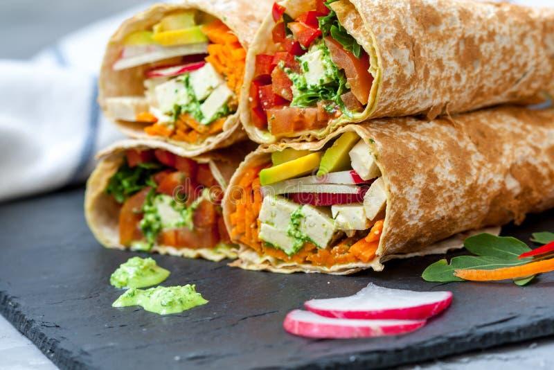 Enveloppes saines de tortilla de salade de vegan image libre de droits