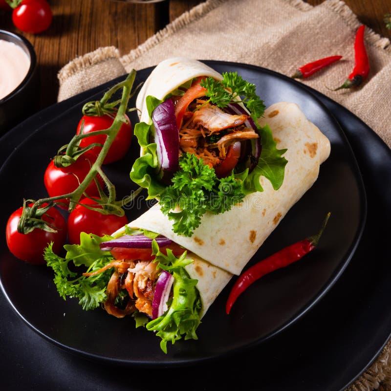 Enveloppes savoureuses remplies du porc et de salade tirés photographie stock