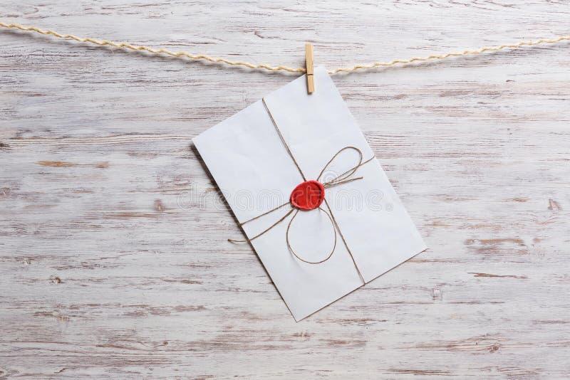 Enveloppes sur la corde photographie stock