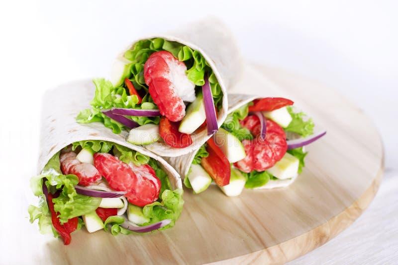 Enveloppes végétariennes de tortilla de salade photo stock