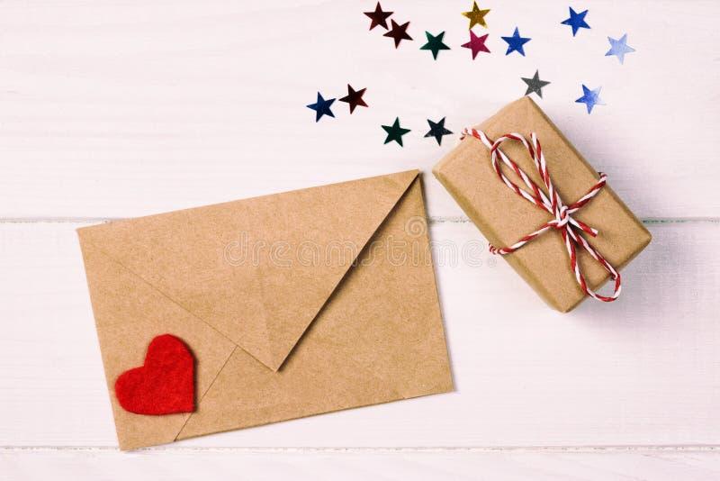 Enveloppost met Rode Hart en giftdoos over Witte gestemde, uitstekende Houten Achtergrond Valentine Day Card, Liefde of Huwelijk royalty-vrije stock fotografie
