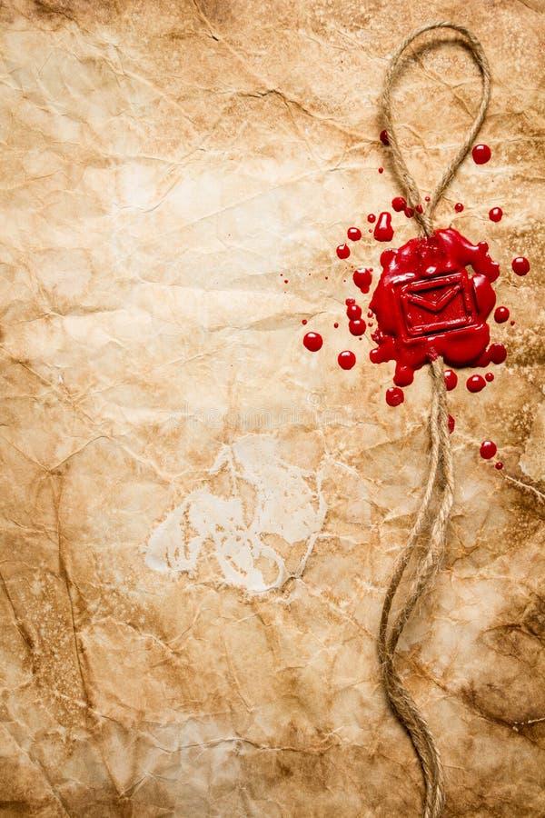 Envelopsymbool in rood zegelwas wordt gestempeld dat stock fotografie