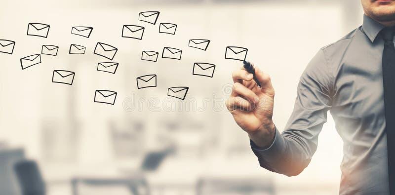 Enviando el concepto del correo electrónico - sobres del dibujo del hombre de negocios en oficina fotografía de archivo libre de regalías