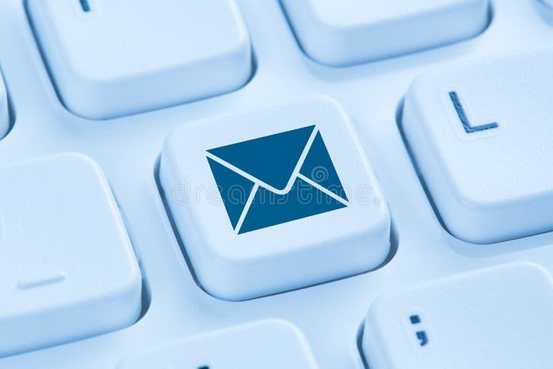 Enviando el email envíe por correo electrónico a Internet de la letra el teclado de ordenador azul fotografía de archivo