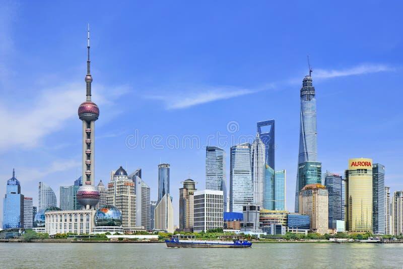 Enviando en el río Huangpu con el distrito de Pudong en el fondo, Shangai, China foto de archivo