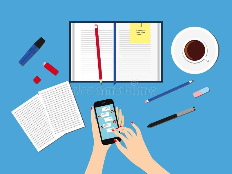Enviando mensagens aos amigos através das mensagens instantâneas Mão fêmea que guarda um smartphone com um bate-papo na exposição ilustração royalty free