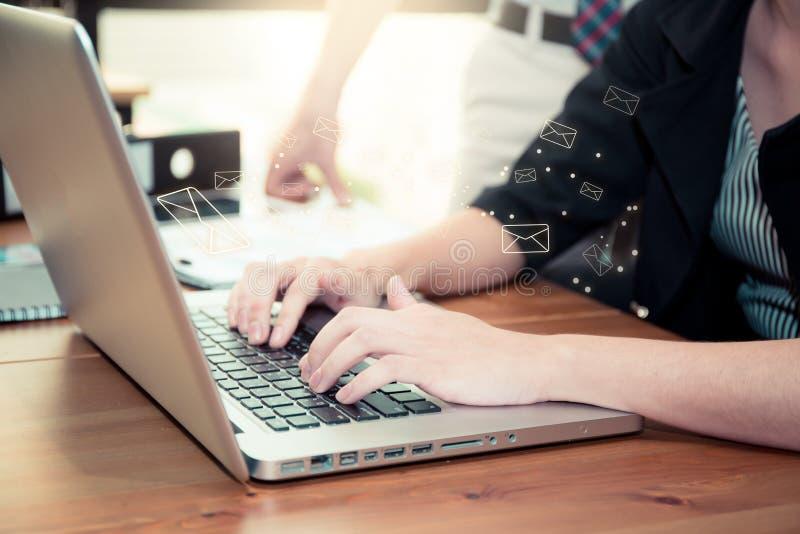 Enviando o email o gesto da pressão do dedo envia o botão em um computador fotos de stock