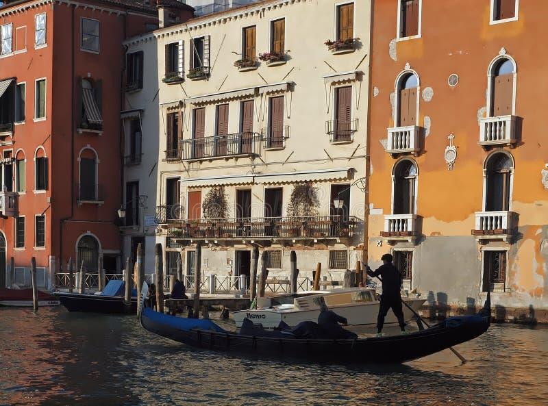 Enviando sobre la arquitectura grande, hermosa de Canale y las góndolas en Venecia fotos de archivo
