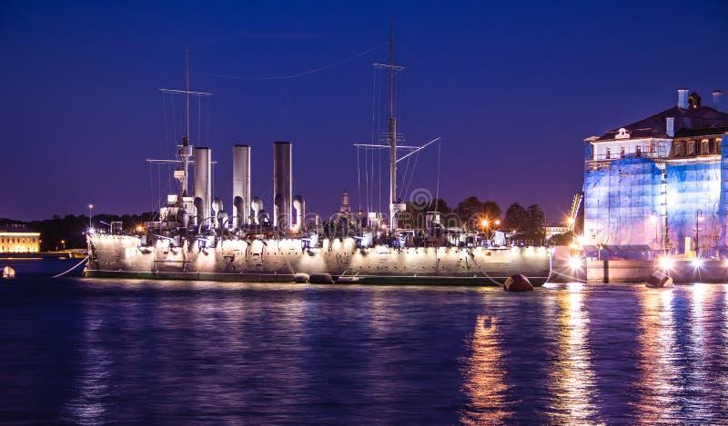 Envie a Aurora em St Petersburg, Rússia, na noite em junho Neva River em St Petersburg Cidade da noite imagens de stock