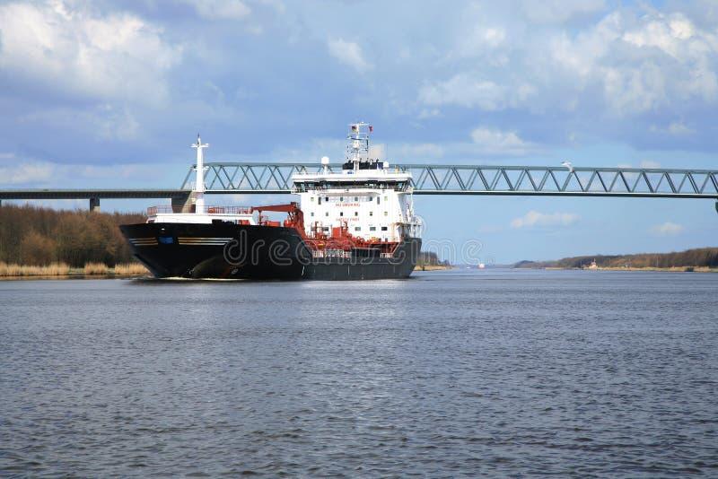 Envie com carga no canal de Kiel, Alemanha. foto de stock